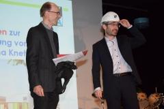 Herr-Nehls-überreicht-den-Helm